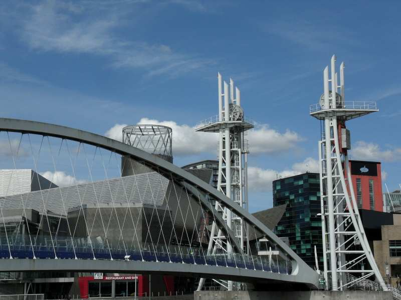 the lowry salford bridge