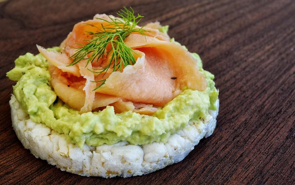 lunch box ideas rice cake with guacamole and salmon