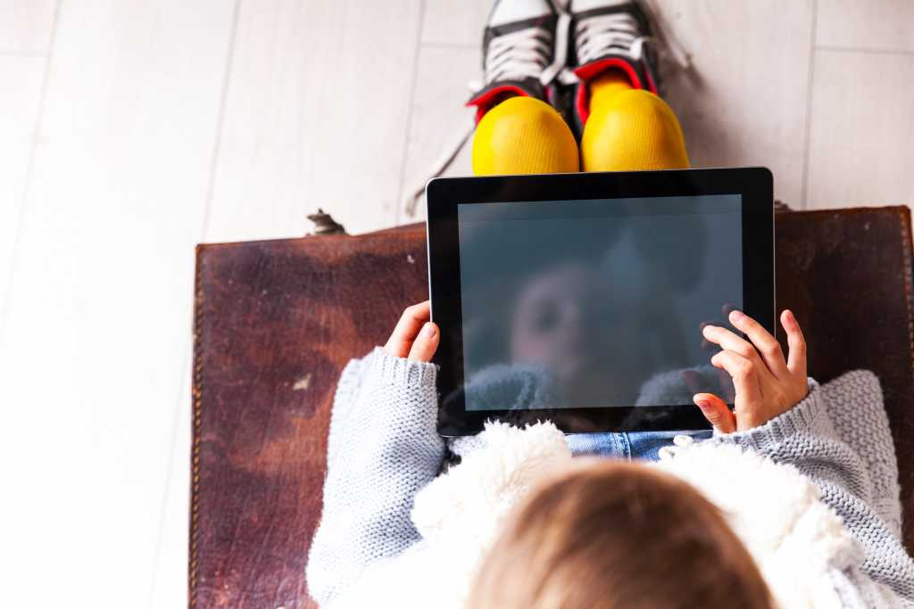 kids-on-tablet_learning-outside-classroom
