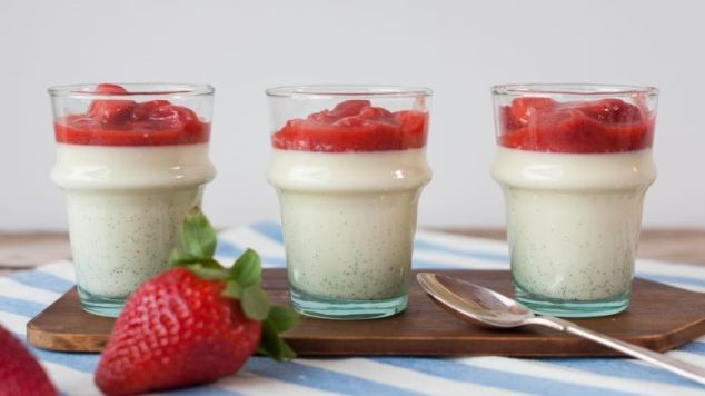 strawberry-panna-cotta-featured