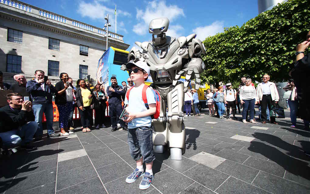 Laya city spectacular titan the human robot