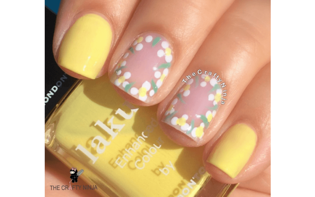 Yellow and white daisy nails