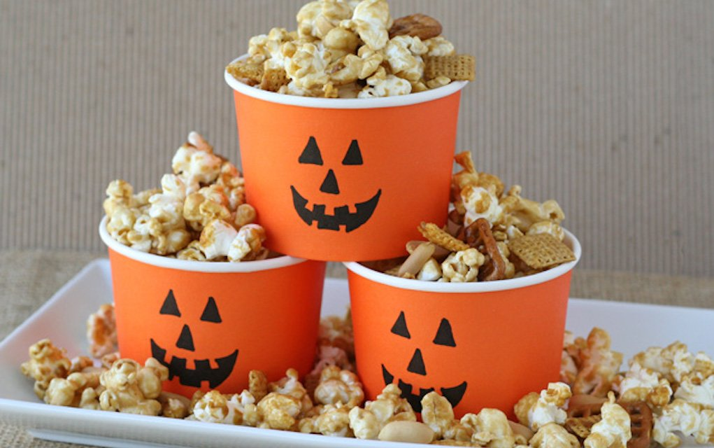 Caramel popcorn for Halloween party food ideas