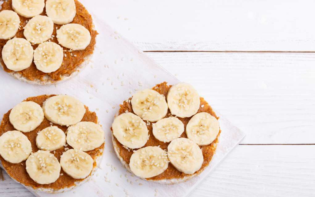 rice cakes with peanut butter and banana